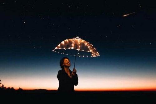 Tehokkaat motivointimenetelmät: nainen ja sateenvarjo