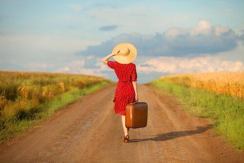 nainen kävelee tiellä