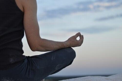 meditaatio parantaa elämääsi: nainen meditoi hiljaisuudessa