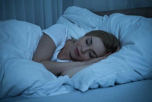 """Aivojen """"kuuma vyöhyke"""": nainen nukkuu"""