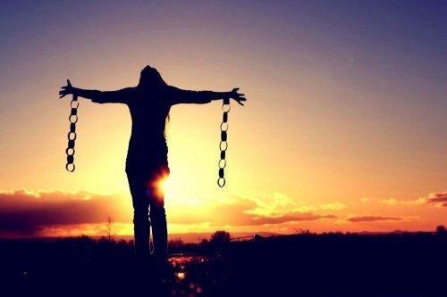 nainen on vapautunut kahleista