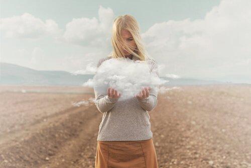 naisella on pilvi käsissään