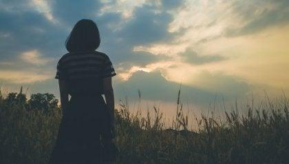 vahvan itsetunnon kehittäminen: nainen seisoo pellolla