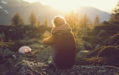 Emotionaalinen etäisyys: nainen vuorella