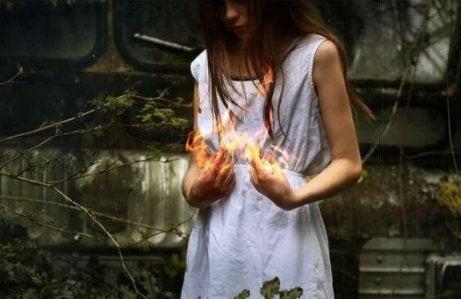 Räjähtävä viha: naisen kädet ovat tulessa