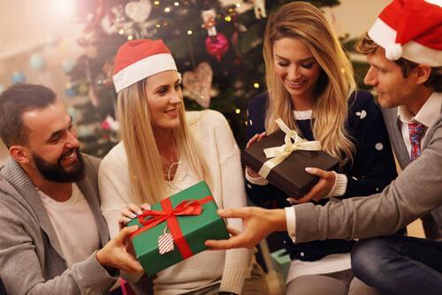 Jouluperinteiden psykologiset edut: pariskunnat avaavat lahjoja