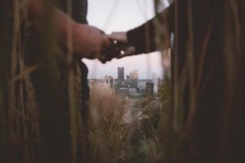 Suhteen uudelleenrakentaminen: pariskunta käsi kädessä