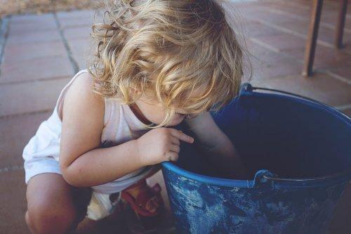 lapsi tonkii ämpäriä