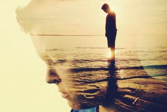 mies rannalla yksin ja hiljaa