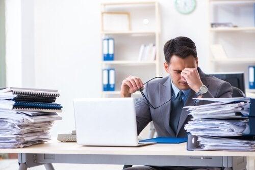 Kukaan ei ole korvaamaton: stressaantunut mies