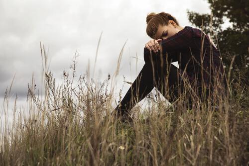 nainen yksin luonnossa