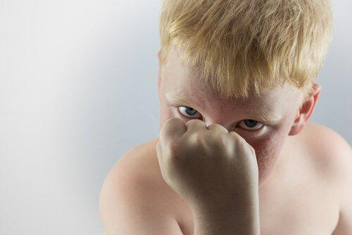 aggressiivinen poika