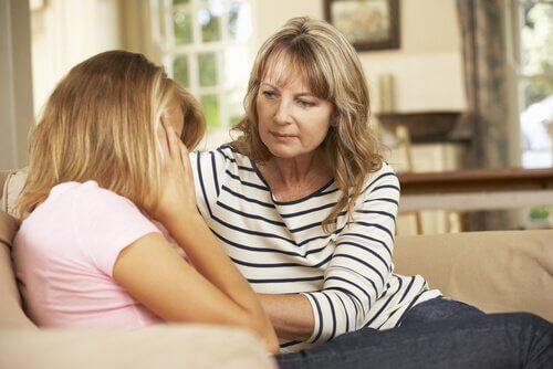 kommunikaatio lasten ja vanhempien välillä: äiti ja tytär juttelevat