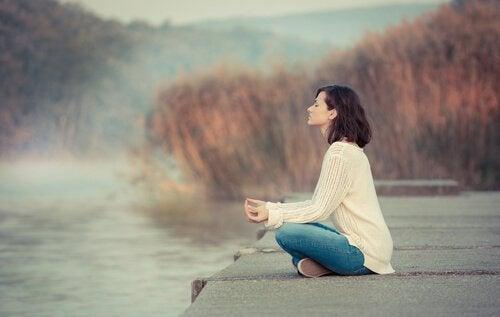 keskittymisongelmat voivat lievittyä meditoimalla