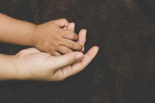 Mitkä tekijät vaikuttavat kiintymykseen adoptiolapsissa?