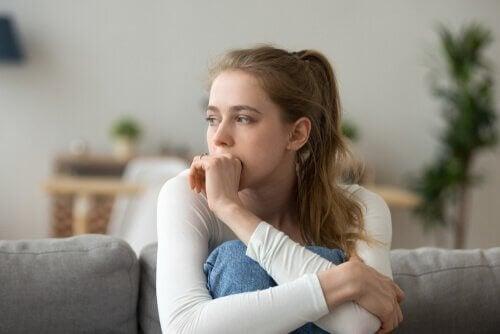 Polarisoitunut ajattelu: huolestunut nainen