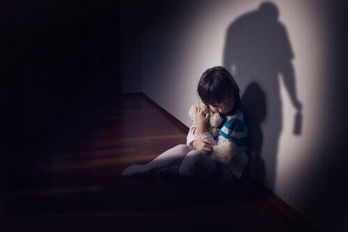 Epäjärjestynyt kiintymyssuhde: lapsi halaa nallea