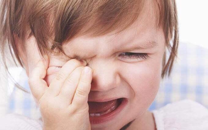 pieni tyttö itkee