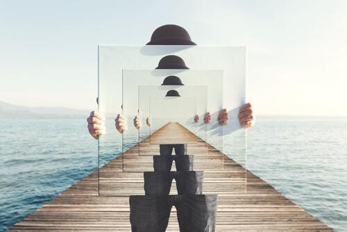 ulkoistaminen: mies ja peili