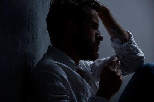 Syklotyminen häiriö: mies polttaa tupakkaa