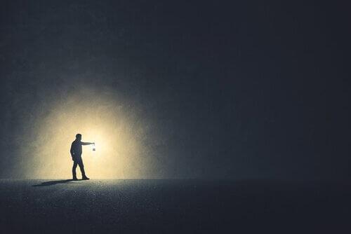 Logoterapia: mies, jolla on valo pimeydessä