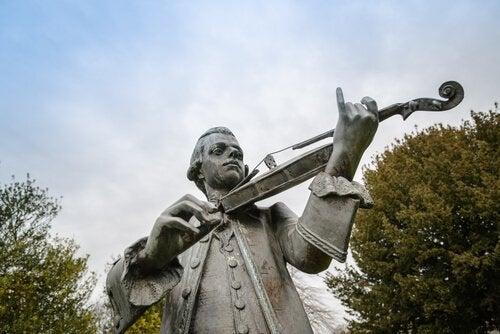 nuoren Mozartin patsas