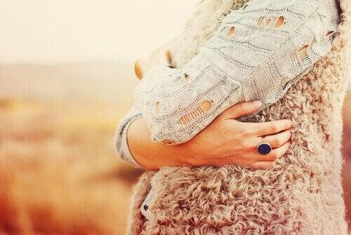 4 yleisintä itsetunto-ongelmaa: nainen halaa itseään