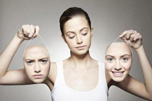 Sosiaalinen kognitio: nainen ja kaksi päätä