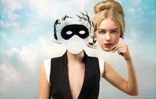 nainen ja maski