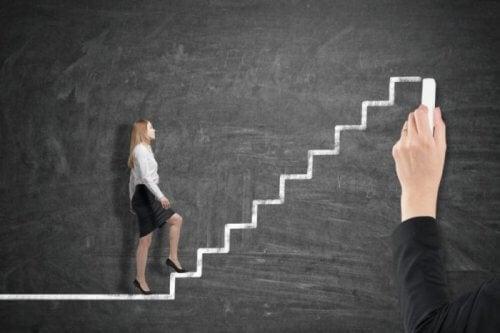 peterin periaate: nainen nousee johtoportaita ylös