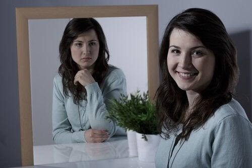 Syklotyminen häiriö: nainen ja peili