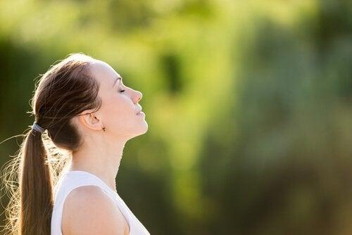 naisen mieli keskittyneenä meditoidessa
