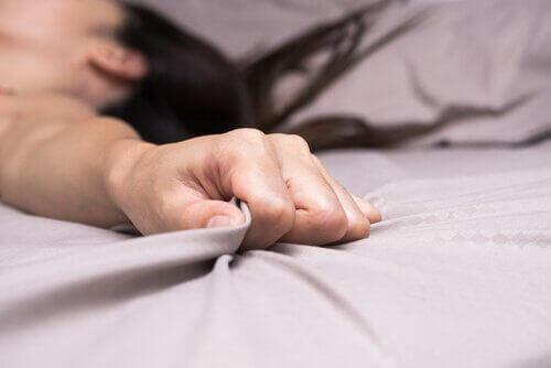 käsi rutistaa lakanaa