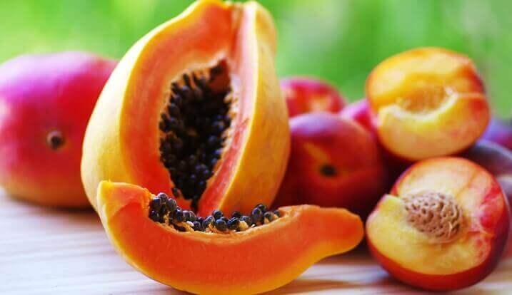 papaija ja persikka hellivät vatsaa