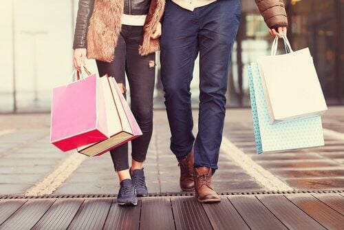 pariskunta shoppailemassa