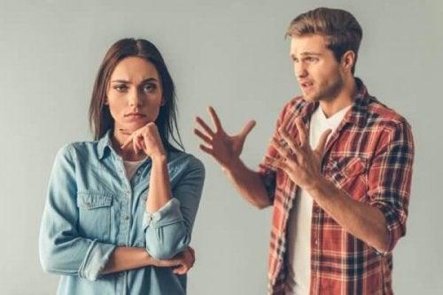 Paradoksaalinen kommunikointi: pariskunta riitelee
