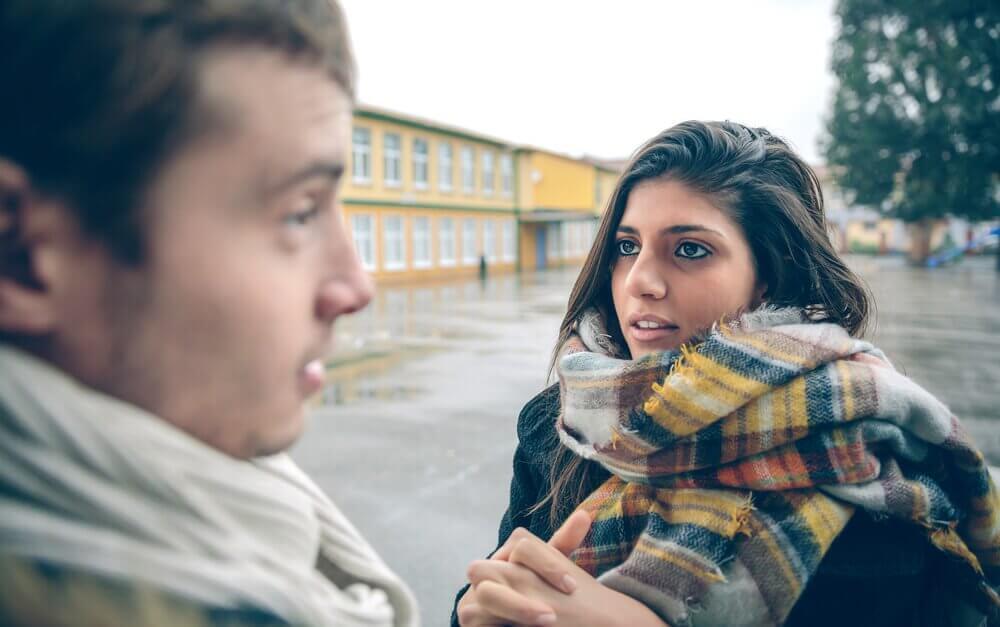 keskustelua tai juoruamista koulun pihalla
