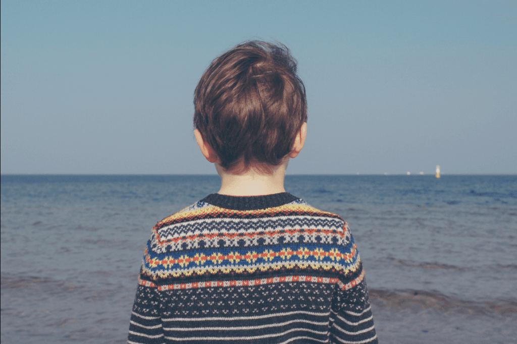 poika katselee merelle