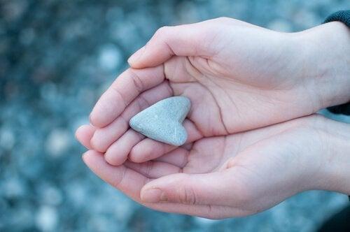 Kiusaamisen terveysvaikutukset: sydämen muotoinen kivi