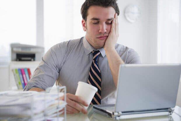 mies on töissä tylsistynyt