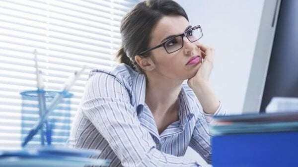 nainen haaveilee töissä