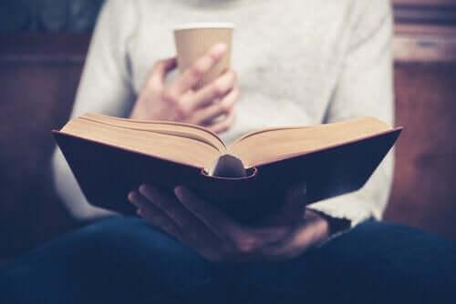 Kuinka elämäkertojen lukeminen hyödyttää psyykkisesti?