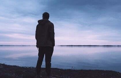 mies veden äärellä