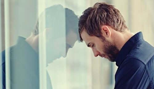 mies lyö päätään seinään tai ikkunaan