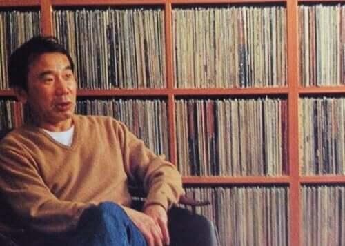 Murakami LP-levyjen ympäröimänä