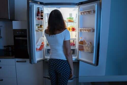 nainen jääkaapilla keskellä yötä
