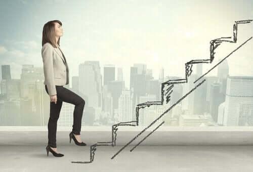 nainen pyrkii portaissa ylöspäin