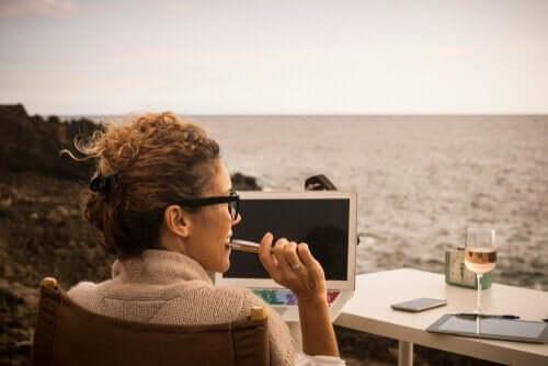 nainen tekee töitä meren äärellä