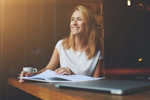 työmotivaatio: nainen nauttii työstään