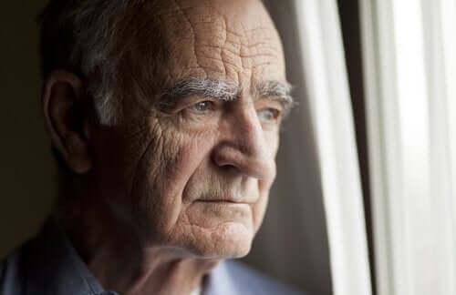Yksinäinen mies vanhainkodissa